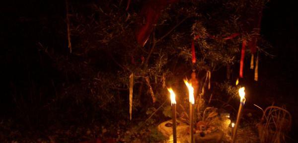 Torce-illuminano-altare-pagano-per-il-rituale-notturno-del-solstizio-estate-al-santuario-della-pria.jpg